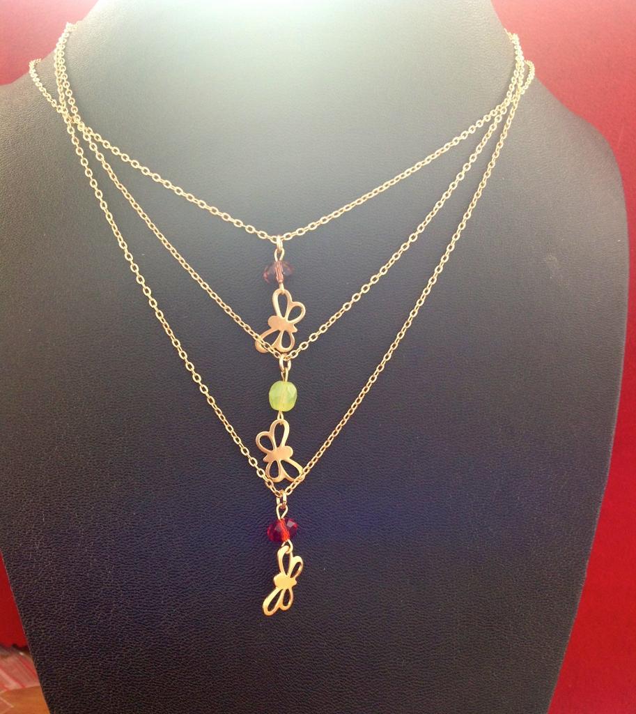Collier papillon plaqué or et perle à 25€