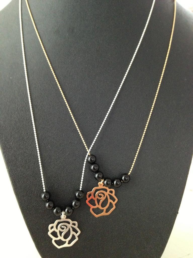 Fleur et perles noires à 32€