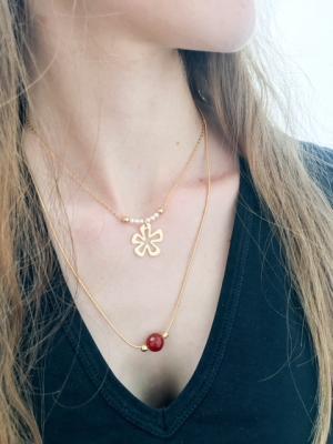 Collier perles nacrées et pendentif fleur