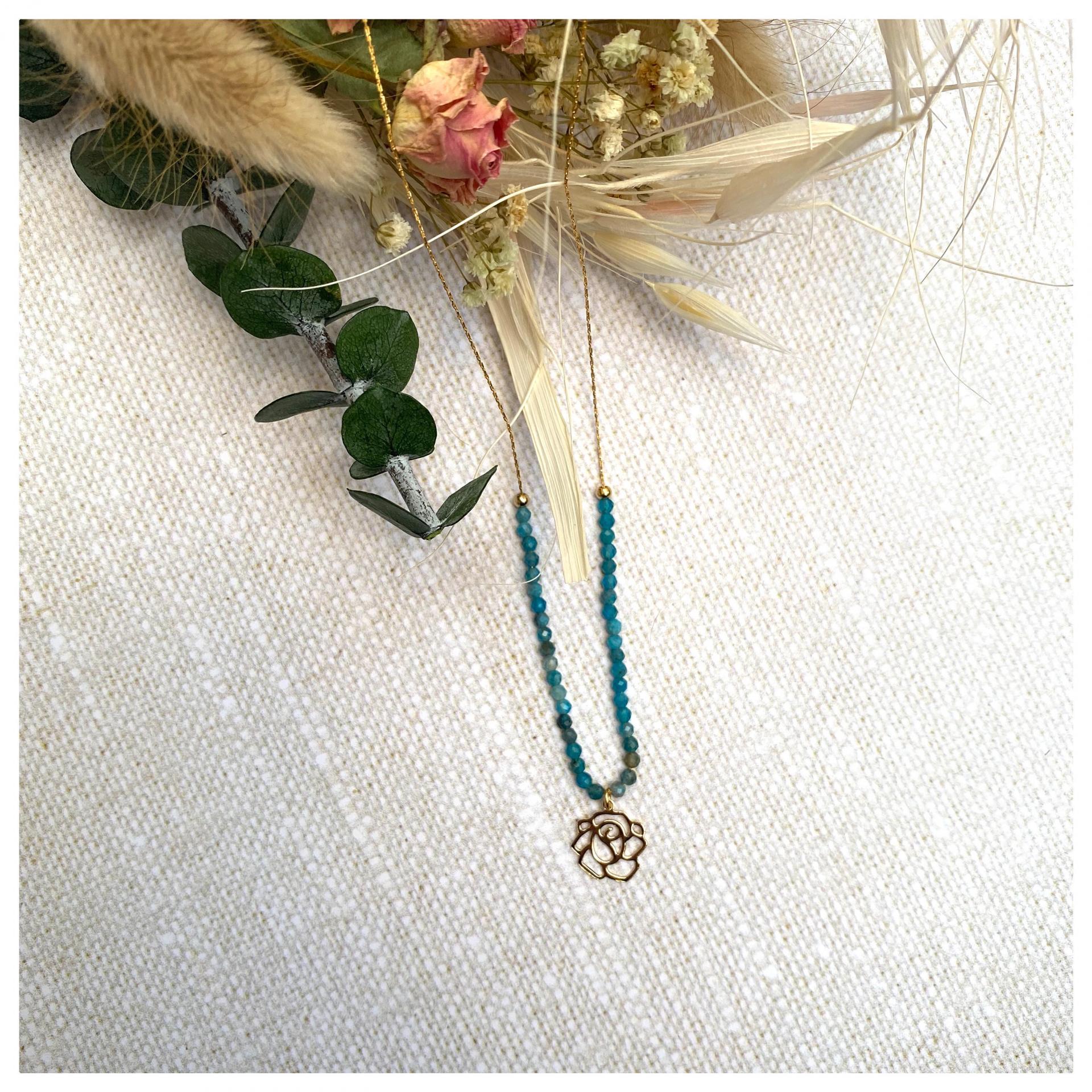 Collier ras-le-cou perles naturelles et pendentif fleur