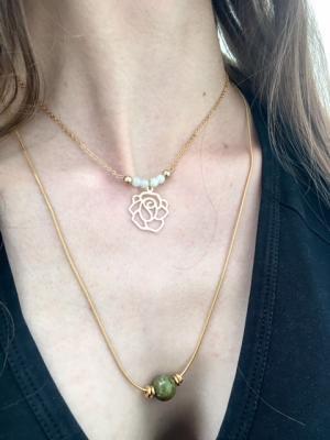 Collier perles de jade et pendentif fleur