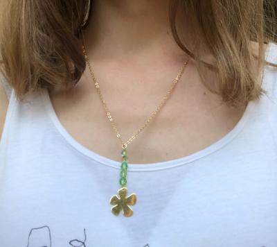 Collier plaqué or avec fleur et perles en cristal