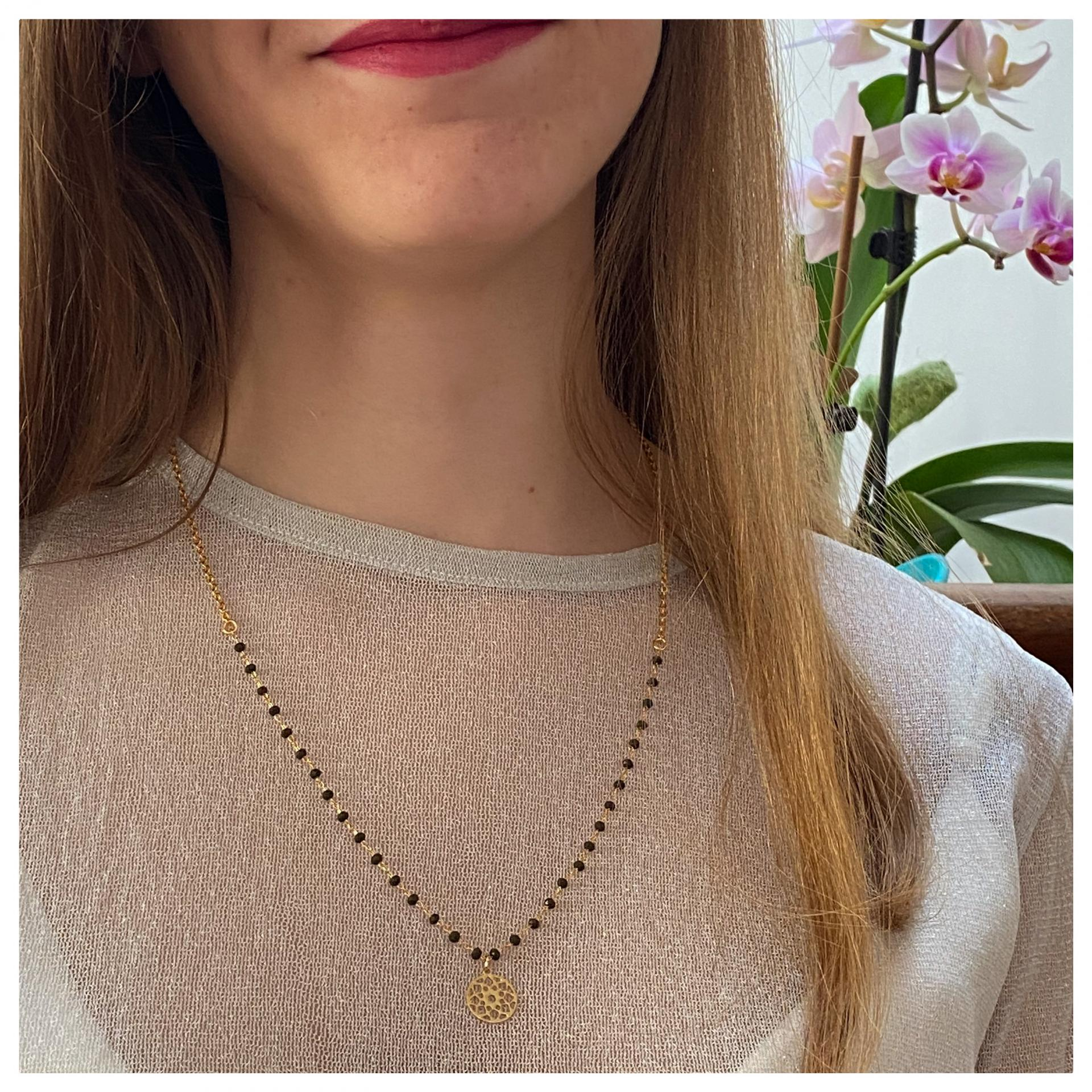 Collier chaîne perles de verre et pendentif rosace