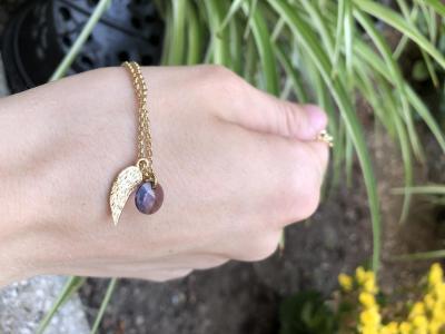 Collier avec pendentifs rond en cristal de Swarovski et aile plaqué or