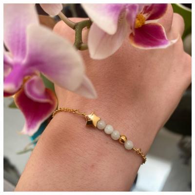 Bracelet perles naturelles et étoile dorée