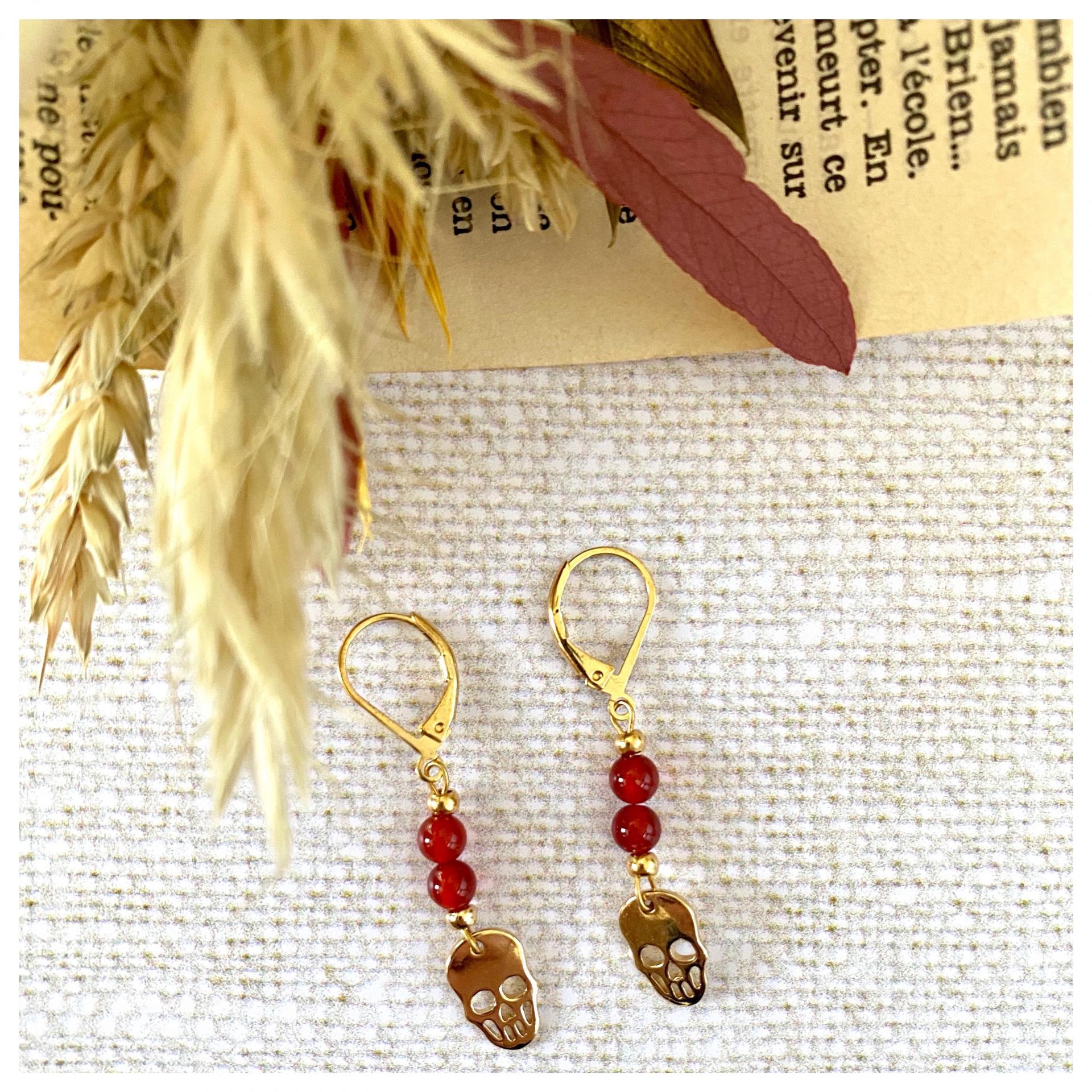 Boucles d'oreilles perles naturelles et pendentif tête de mort plaqué or