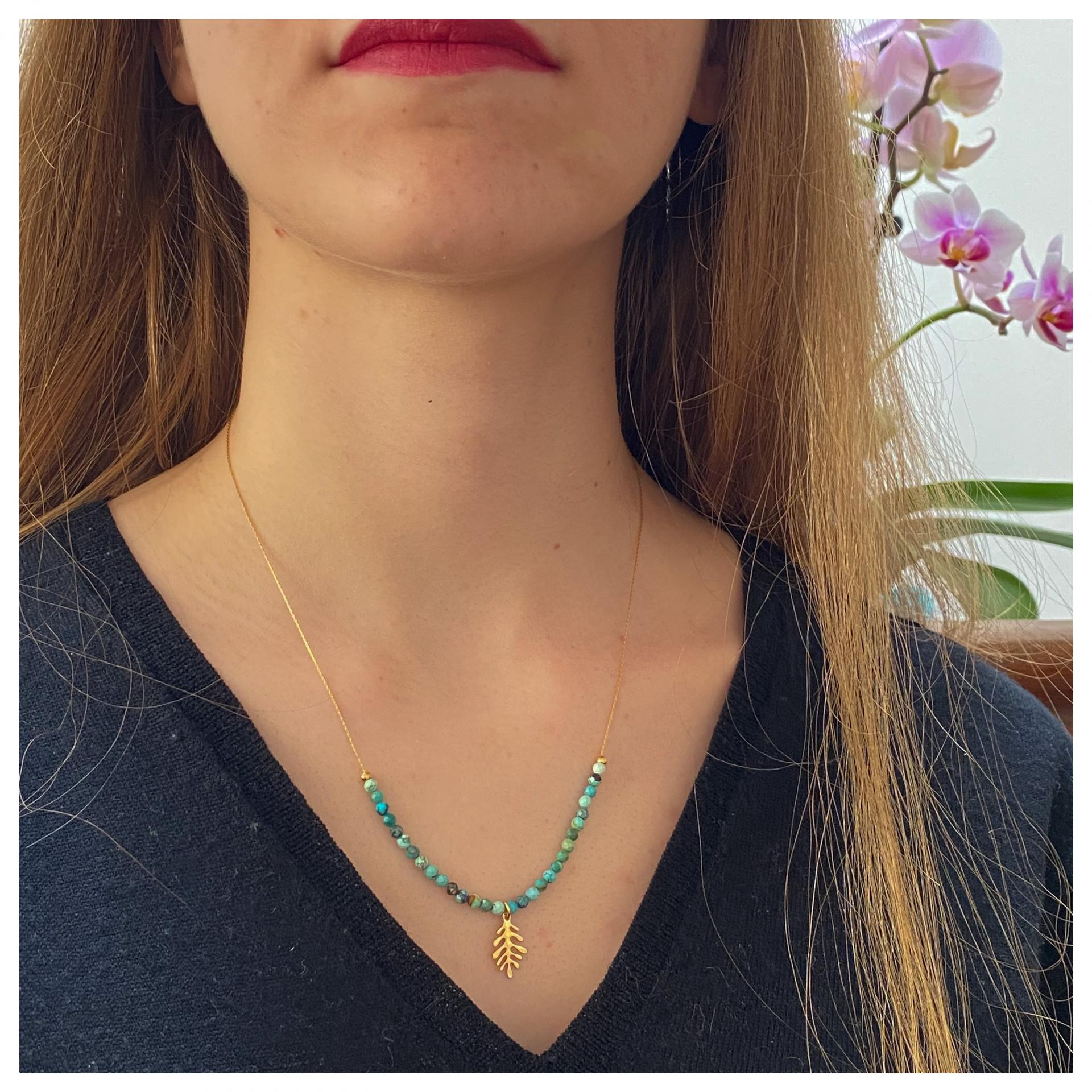 Collier ras-le-cou perles naturelles et pendentif feuille