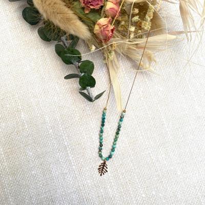Collier perles naturelles et pendentif feuille