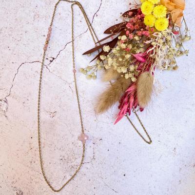 Sautoir avec perles de quartz rose et trèfle perle de verre